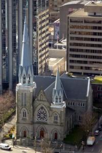 Une bonne vieille église au milieu des buldings
